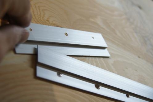 壁側のドッコの隙間に額側のドッコをかませます。