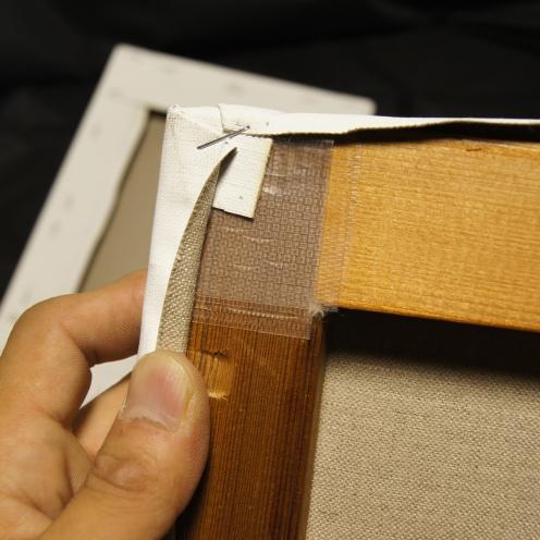 コーナーは特に灰汁の影響を受けやすいので特殊テープでさらにガードをします。