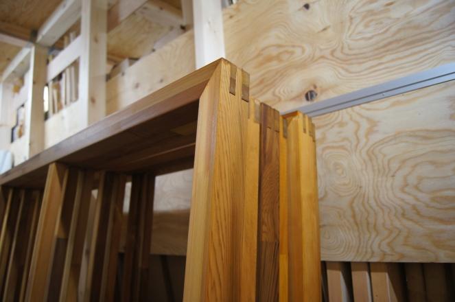 厚さ56mmの木枠。ステインガードのニスを塗っています。